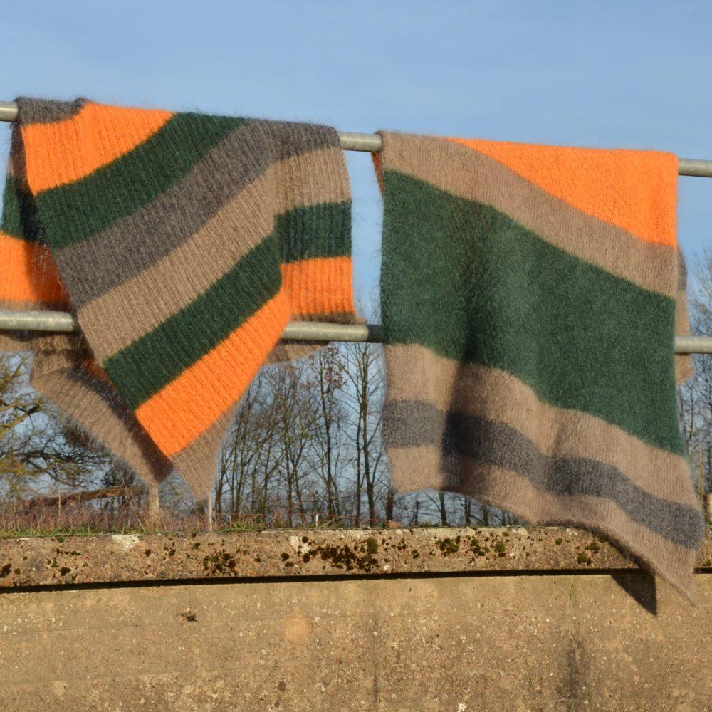Zwei Mohairwolldecken hängen auf dem Brückengeländer