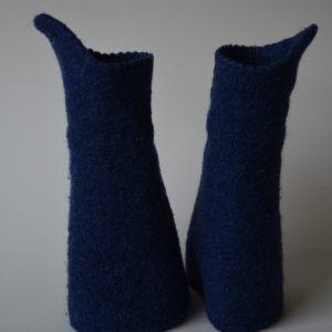 Blaue Armstulpen aus Wolle gestrickt und heiß gewaschen, damit sie verfilzen.