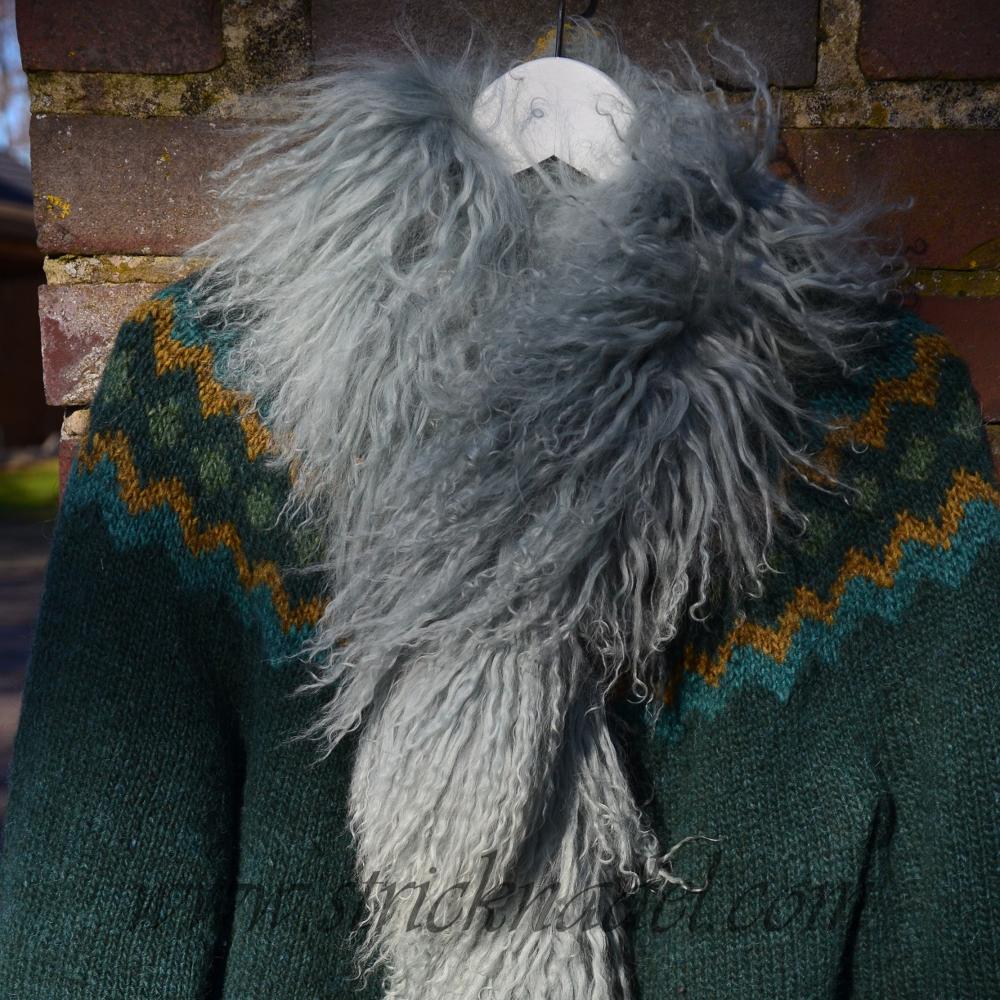 Islandjacke mit einem Schal aus Tibetlamm.
