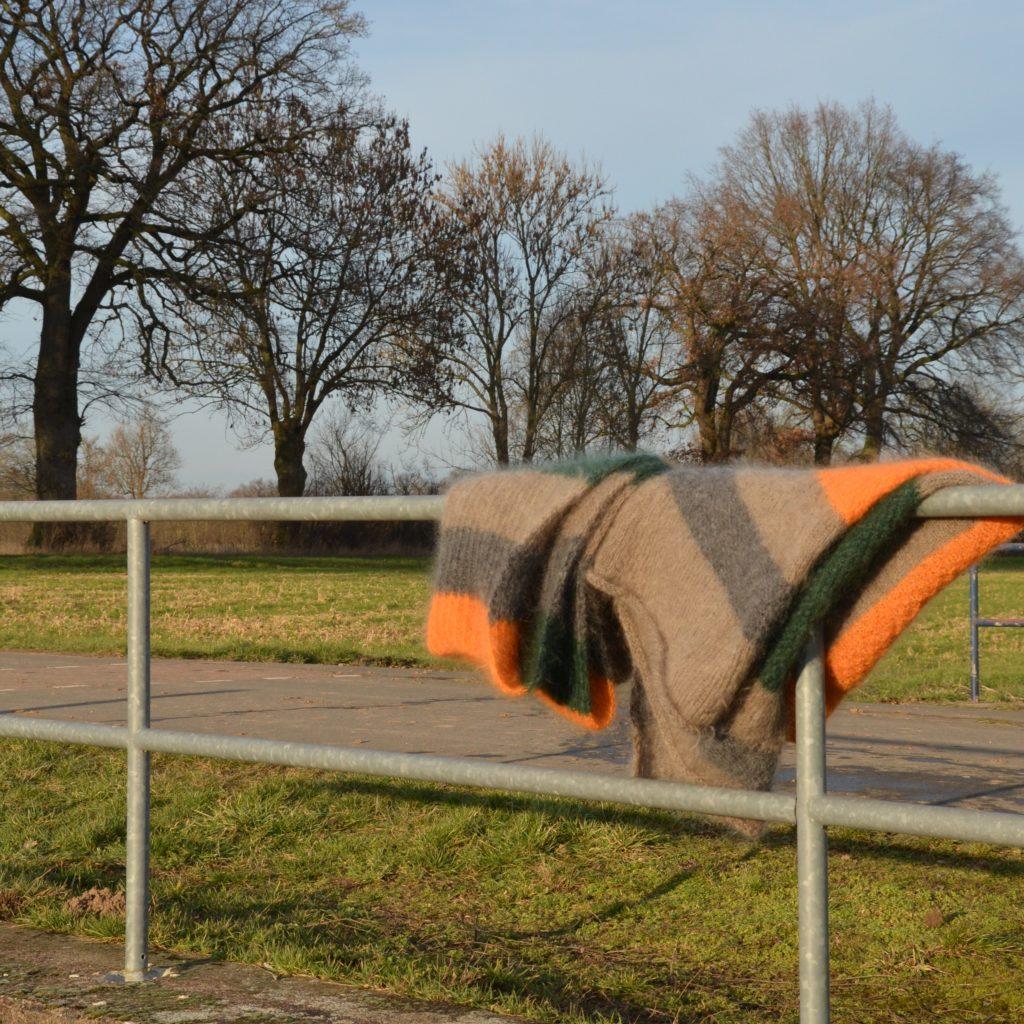 Zwei Mohairdecken hängen über dem Brückengeländer